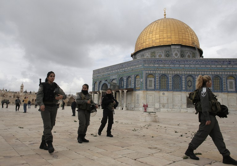 Israeli security forces walk near Jerusalem's Dome of the Rock mosque in the Al-Aqsa mosque compound, the third holiest site in Islam but also the most sacred place in Judaism on November 5, 2014. Israeli police clashed with stone-throwing Palestinians inside Jerusalem's flashpoint Al-Aqsa mosque compound after Jewish nationalists visited the site despite weeks of soaring tensions. A FP PHOTO/AHMAD GHARABLI