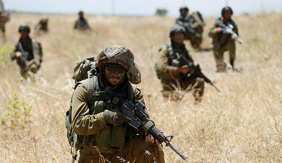 Israeli soldiers from the 605 Combat Engineering Corps battalion take part in a training session on the Israeli side of the border between Syria and the Israeli-occupied Golan Heights June 1, 2016.REUTERS/Baz Ratner - RTX2F6VN