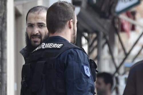 escorte-par-les-gendarmes-merouane-benahmed-a-quitte_1012407_500x333p