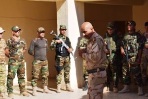 Le capt. Nashat Fathel briefe quelques miliciens au camp de Khazir, le 8 octobre 2016/ Crédit Photo B. KANABUS