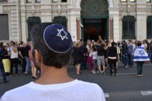 Un homme portant une kippa regarde les gens prendre part à une manifestation organisée par le CRIF le 31 Juillet 2014 devant la synagogue de Lyon (Crédit photo: Romain Lafabregue / AFP )