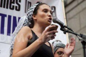 Malia Bouattia, nouvelle présidente de l'Union nationale des étudiants du Royaume-Uni, parle des « médias dirigés par des sionistes » et de la lutte armée palestinienne, en septembre 2014. (Crédit : Facebook officiel)