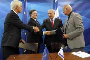 """AFP """"(L to R) EU Ambassador to Israel Lars Faaborg-Andersen, European Commission President Jose Manuel Barroso, Israeli Prime Minister Benjamin Netanyahu and Israeli Science, Technology and Space Minister Yaakov Peri shake hands during an agreement signing cer"""""""